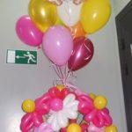 Цветы из шаров и малыш для новоржденной