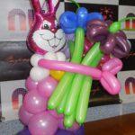 Заяц с ромашками из воздушных шариков